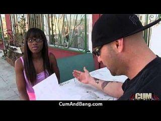काली लड़की ने सफेद स्टड के एक समूह को गहरा दिया और सह 28 के साथ पुरस्कृत किया जाता है