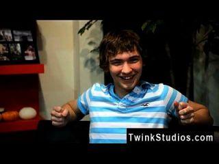 twink वीडियो जोश bensan ओहियो से एक करिश्माई युवा दोस्त है वह