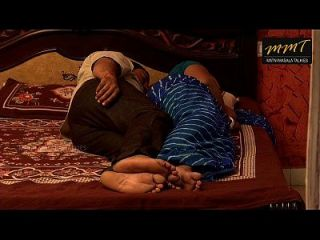 भारतीय घर पत्नी अपने पति के दोस्त के साथ बिस्तर साझा करते हुए जब उसका पति गहरा सोता है
