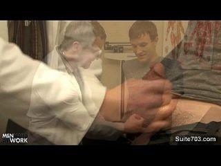 सेक्सी रोगी समलैंगिक डॉक्टर द्वारा गड़बड़ हो जाता है