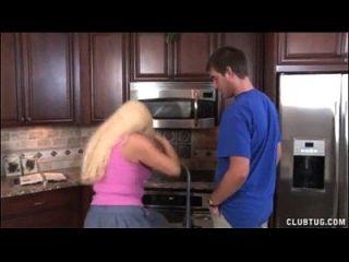 रसोईघर में सुनहरे बालों वाली मियामी मरोड़ते