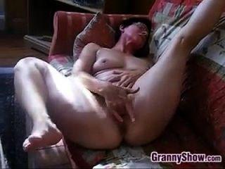 सींग का बना दादी उसके clit और बिल्ली rubs