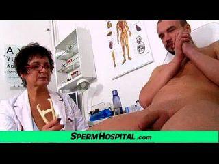 busty milf डॉक्टर greta सेक्सी वर्दी और wankjob