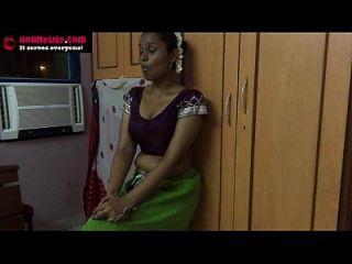 अमाउटर भारतीय बेब ककड़ी के साथ masturbating