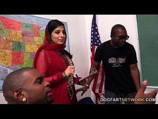नाडिया अली काले लंड की एक झड़प को संभालने के लिए सीखती है