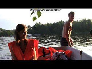 नाव में तीन पुरुष (एक लड़की लेने के लिए कुछ नहीं कहना) दृश्य 2