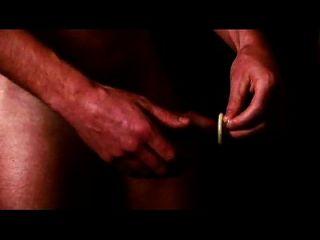 ब्रेंट कोरिगन कैसे एक कंडोम का उपयोग करें