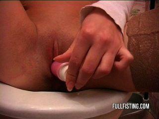 सेक्सी गर्म किशोर शौचालय में fisted और गड़बड़
