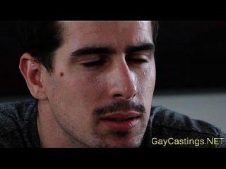 समलैंगिकता पर एजेंट हंकी भर्ती कराते हैं