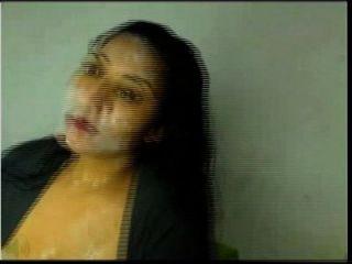 गर्म लैटिना अपने चेहरे पर cums