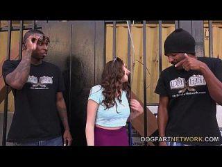 एग्ट्रा गुलाब दो काले लोगों द्वारा गड़बड़ हो जाता है