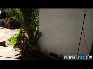 संपत्ति सेक्स हताश अचल संपत्ति एजेंटों घर पर बेचने के लिए कैमरे पर fucks