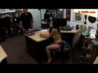 लैटिना लड़की ने अपने टीवी को उकसाया और अतिरिक्त पैसे कमाने के लिए कड़ी मेहनत की