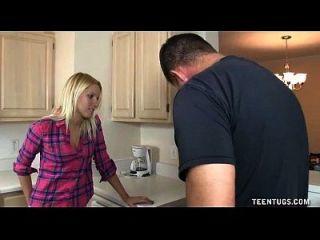 रसोईघर में प्यारा किशोरों की handjob