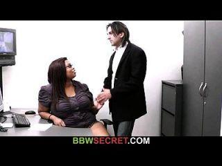 वह आबनूस सचिव के साथ धोखा देती है और इसका पर्दाफाश हो जाता है
