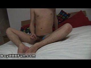 समलैंगिक अश्लील Tyler unbuttons उसकी जींस और unleashes उसकी बड़ी, बड़े मुर्गा!