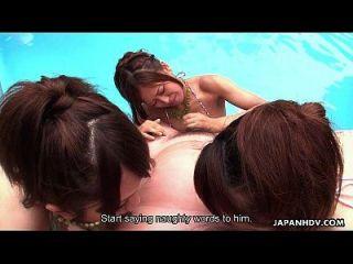बहुत सारे एशियाई sluts पूल में चूसने डिक्स