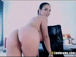 बड़े स्तन सौंदर्य वेब कैमरा पर dildo के साथ masturbates