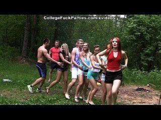 गंदे कॉलेज sluts जंगली बकवास उत्सव में एक आउटडोर पार्टी बारी 2 दृश्य