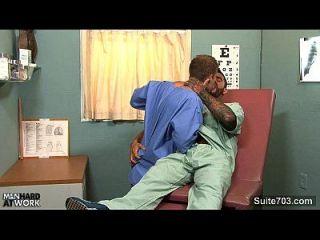 समलैंगिक डॉक्टर काम पर अपने मरीज को बकवास