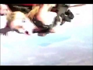 अजीब नग्न लड़की स्काइडाइविंग