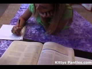 nerdy विज्ञान geek किटी उसके होमवर्क कर रही है