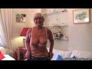 बड़े स्तन के साथ ब्रिटिश दादी उसके सेक्स खिलौना संग्रह के साथ masturbates