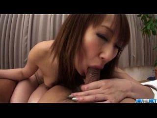अन्ना मिज़ुकावा दो मजबूत लंड द्वारा पकड़ा जाता है