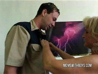 बूढ़ी योनी दो युवाओं का नहा लेता है