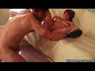 Busty माँ आप उसके स्तन के बीच सह करना चाहता है