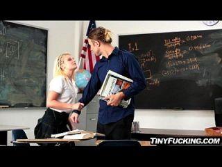 खूबसूरत गोरा छात्रा उसके डिक पर कक्षा में fucks डिक है