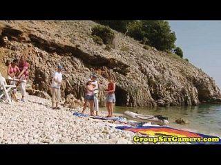 समुद्र तट शौकिया लड़कियां समूह सवारी मुर्गा में