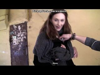 सेक्सी लड़कियों को सींग का बना पर्यटकों को स्तन दिखाता है दृश्य 3