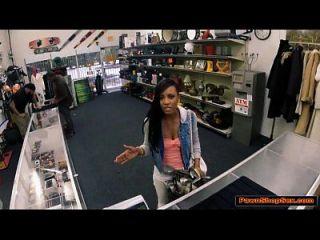 काली लड़की कार्यालय में चोकर दुकानदार चूसने से बड़ा समय कमाता है