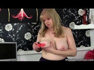 बड़े स्तन के साथ ब्रिटिश दादी एक बाध्यकारी masturbator है