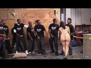 वेलेंटाइन नाप्पी मौखिक रूप से काले लंड की एक गुच्छा प्रसन्न करता है
