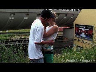 एक ट्रेन स्टेशन पर युवा किशोर सार्वजनिक गैंगबैंग