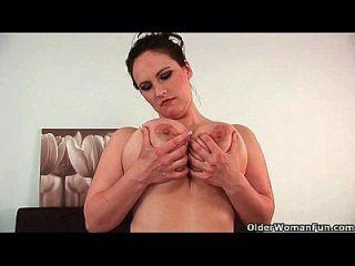 परिपक्व बड़े स्तन के साथ फुटबॉल माँ fucked हो जाता है