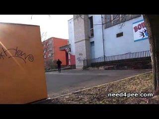 शौकिया लड़की एक मूर्ति के पीछे एक दीवार के पीछे छुपाती है