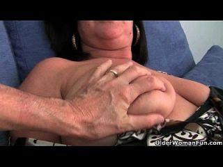 उसके बड़े स्तन के साथ ब्रिटिश फुटबॉल माँ abigale उँगलियों हो जाता है