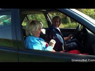 80 साल की कुतिया कार में खराब हो जाती है