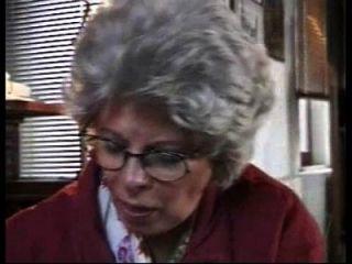नानी जर्मन महिला नाती नासमझ को पकड़ लेती है