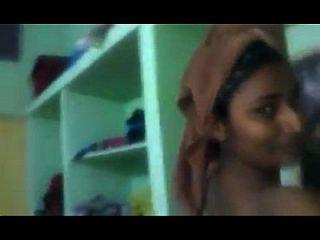स्वाती नायडू ने अपने निजी पोशाक बदलने के कमरे को दिखाया