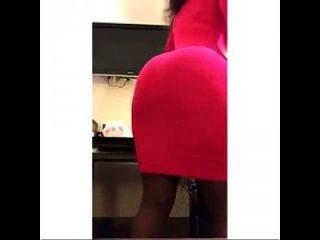 एक लाल मिनी पोशाक में कोराज़ॉन क्वैम्बोरा चिढ़ा