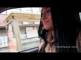 किशोरों की हार्बर सार्वजनिक रूप से कार में चूसने मुर्गा
