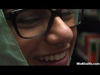 पुस्तकालय में मिया खलीफा के साथ