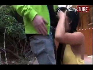 लड़की उसे कमबख्त द्वारा सफेद स्कूल शूटर लड़के से स्कूल बचाती है नायक।