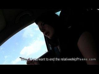 गाड़ी चलाते समय फंसे किशोरों को कार में हाथ का काम दे