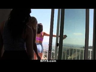 bffs कॉलेज गर्ल्स गर्मी के दौरान नग्न twister खेलते हैं