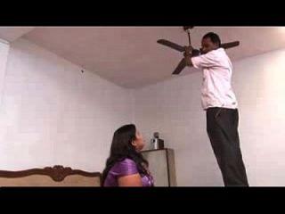 भारतीय महिला अपने घर में एक अजीब आदमी कमबख्त